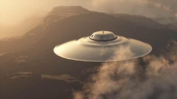 Огромный НЛО стал преследовать автомобиль в Канаде – уфологи