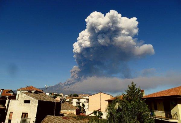 Аэропорт Сицилии, закрытый из-за извержения вулкана, вновь разрешил полёты