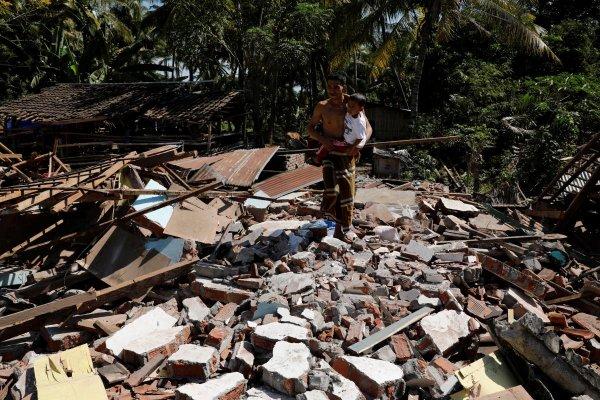 Число погибших от землетрясения и цунами в Индонезии выросло до 832