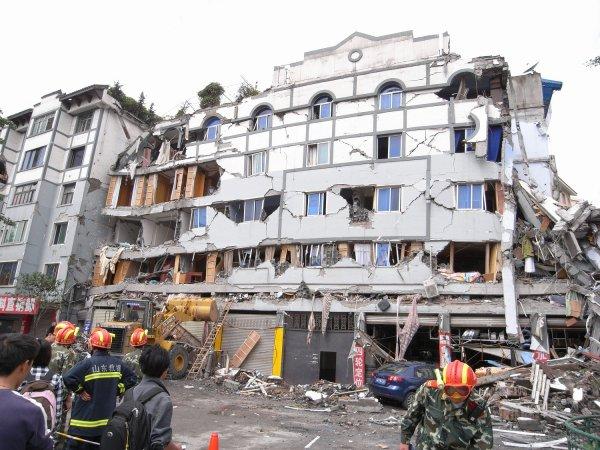 В Индонезии после мощного землетрясения произошло более 170 повторных подземных толчков