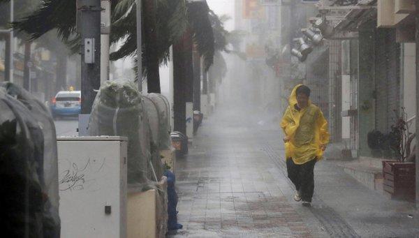 Приближающийся тайфун «Трами» парализовал транспорт в Японии