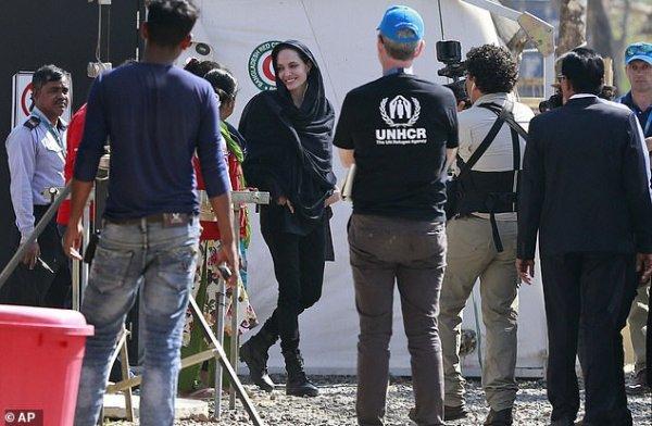 Мать Тереза №2: Анджелина Джоли прилетела в Бангладеш ради беженцев