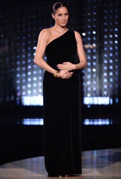 СМИ: Меган Маркл из-за «королевской философии» не разрешают узнать пол ребенка