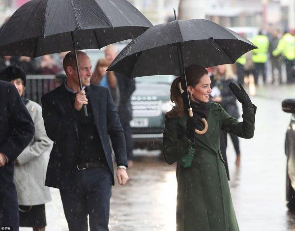 Тонкий вкус и элегантность: Кейт Миддлтон появилась на публике в пальто за 00