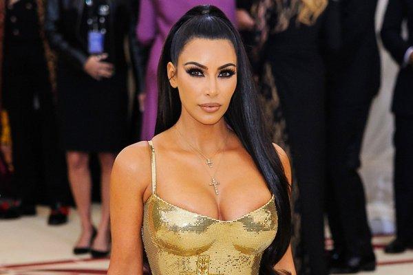 «Бумажное» платье: Ким Кардашьян надела короткий наряд и подчеркнула «осиную» талию