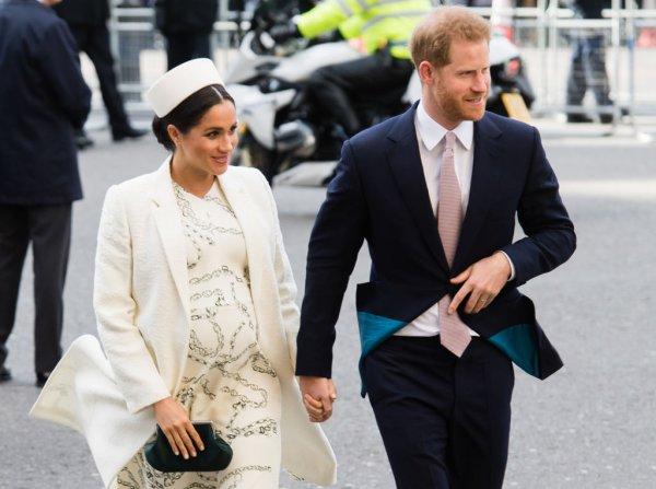 Королева Елизавета может выгнать Меган Маркл из семьи из-за дорогой коляски