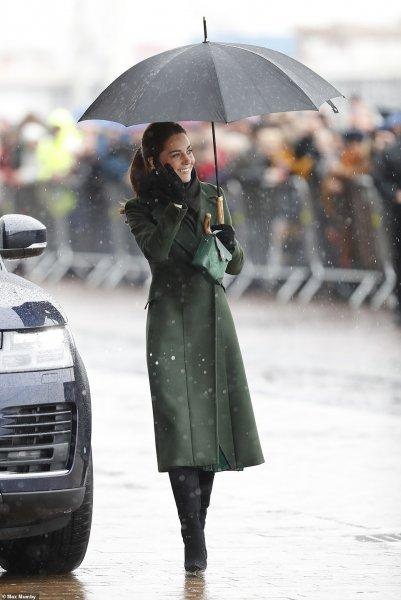 Тонкий вкус и элегантность: Кейт Миддлтон появилась на публике в пальто за $1200